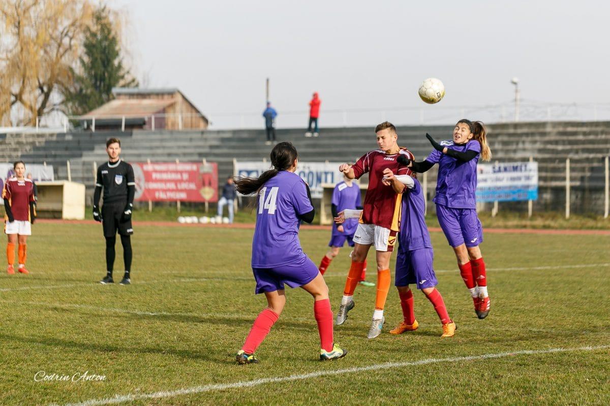 Şi fetele lovesc cu capul...la fotbal